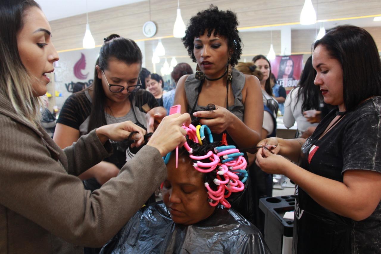Mulheres assumem cachos valorizando a identidade afro