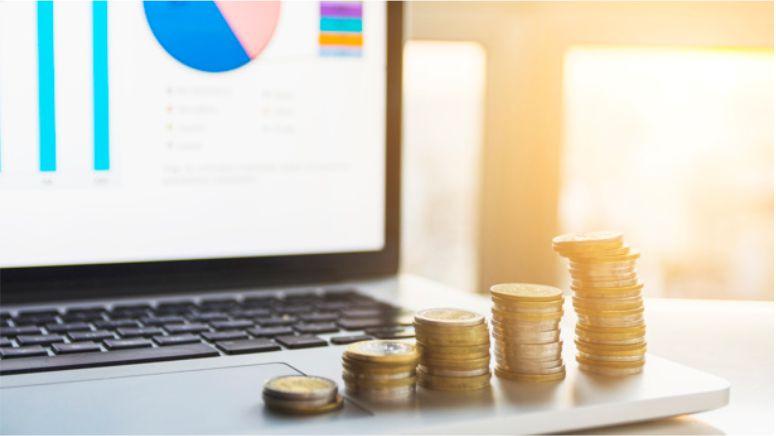 imagem de moedas perto do computador